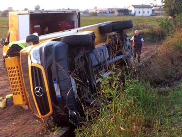 Si ribalta camion dell'Esselunga, ma i soccorritori non trovano il conducente