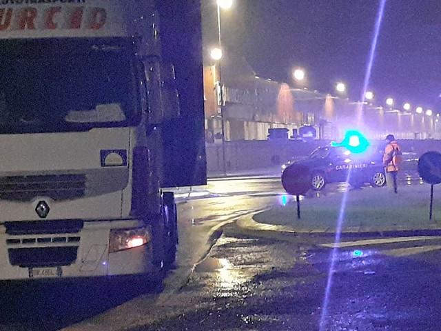 Camion rotto all'imbocco del Centro Commerciale, intervengono i carabinieri