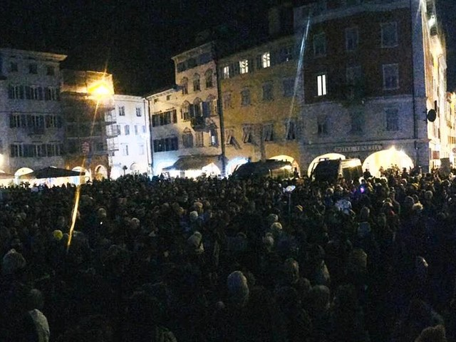 "Seimila ""sardine"" invadono piazza Duomo: canzoni, sorrisi e cartelli"