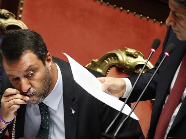 """Tra """"faccette"""" e gesti, Salvini ascolta Conte dai banchi di governo"""