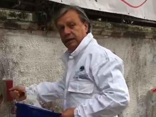 Padova, graffiti e degrado in centro: il presidente Ascom ridipinge i muri deturpati