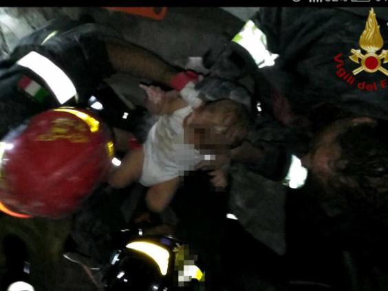 """Terremoto di Ischia, salvato bimbo di sette mesi. Estratto vivo dalle macerie, """"miracolo"""" Da mettere in salvo i fratelli di 8 e 11 anni"""