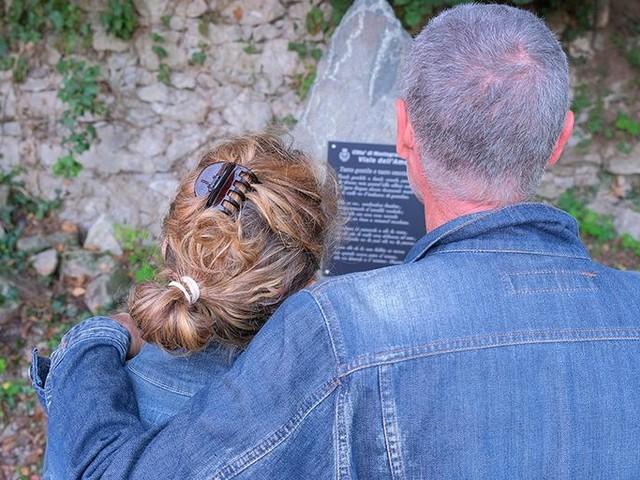 Le poesie sulle pietre da Petrarca a Montale. Il sentiero dell'amore è già un richiamo