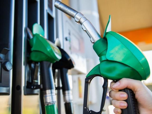 Prezzi della benzina in continuo aumento, si superano i 2 euro al litro