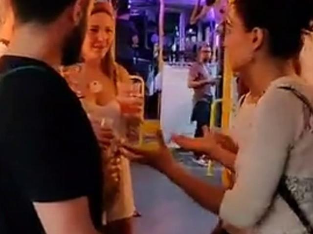 La festa viaggia sulle rotaie: il tram diventa discoteca con dj-set e balli in movimento | Video