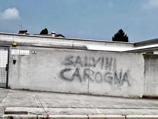 """""""Salvini carogna"""", il ministro risponde all'autore della scritta a Mortegliano"""