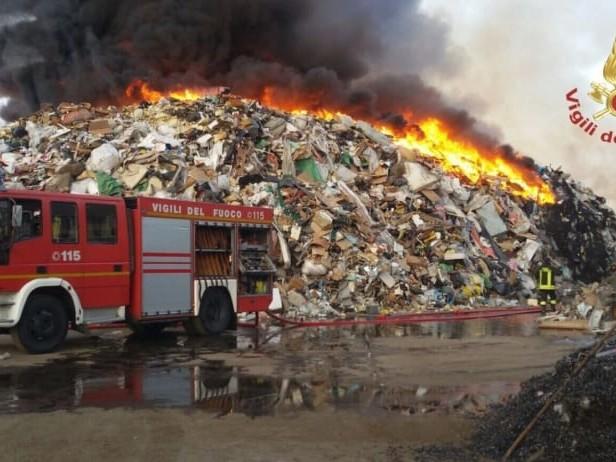 Incendi nel settore dei rifiuti, dal 2018 i Vigili del fuoco sono intervenuti 2.984 volte