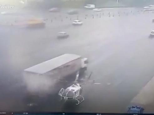 Messico, le pale dell'elicottero sulla superstrada sventrano un camion di passaggio