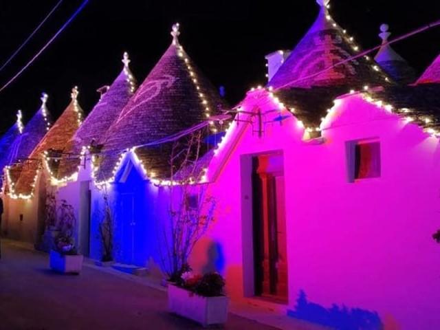 I trulli di Alberobello illuminati a festa: si accendono le 'Christmas lights' in vista del Natale