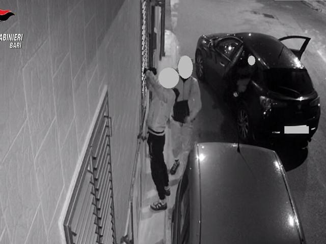 Tentano furto in appartamento, ma le telecamere riprendono la scena: preso pregiudicato barese