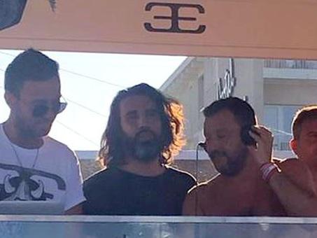 Salvini deejay in spiaggia tra cubiste e inno nazionale