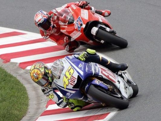MotoGP, i grandi duelli: Valentino Rossi vs Casey Stoner, sfida ai limiti della fisica a Laguna Seca – VIDEO