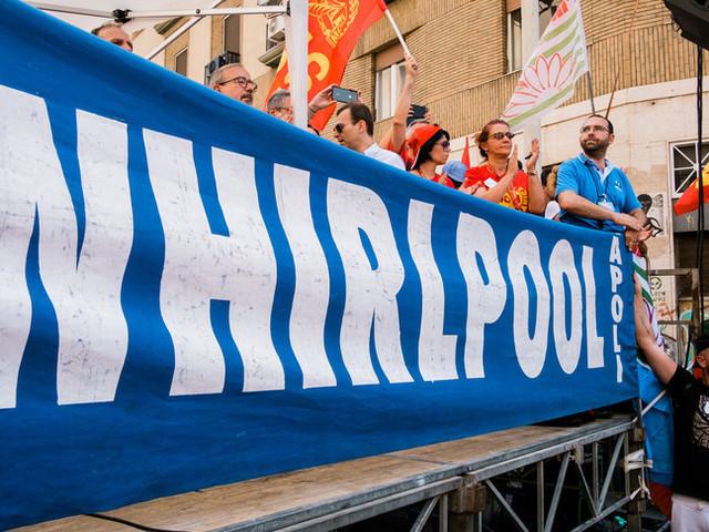 I lavoratori Whirlpool manifestano in stazione centrale a Napoli