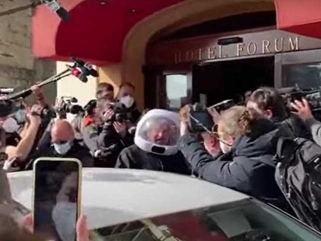 Grillo astronauta e Conte capo. In scena l'ultima farsa del M5S