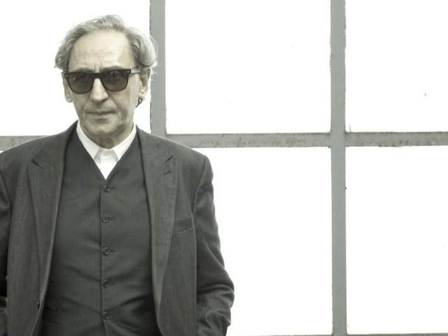 I 75 anni di Franco Battiato celebrati con Giubbe Rosse, l'immensa opera prima dal vivo del cantautore (recensione)