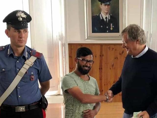 Roma, trova un portafoglio con 2mila euro: lo restituisce e rifiuta la ricompensa