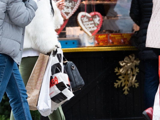 Le famiglie italiane spenderanno 221 euro in regali di Natale