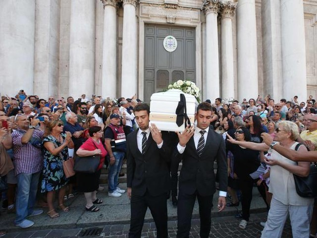 Nadia Toffa, i funerali in Duomo: «Ciao guerriera»
