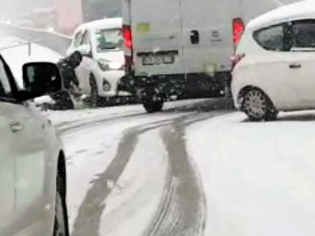 Carambola sulla neve: auto di traverso nel sottopasso, si schiantano in quattro