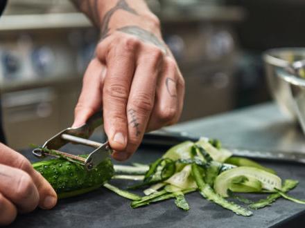 Bucce, gambi e foglie: scarti da valorizzare ricchi di sostanze benefiche, ma attenzione ai pesticidi. L'articolo di Altroconsumo