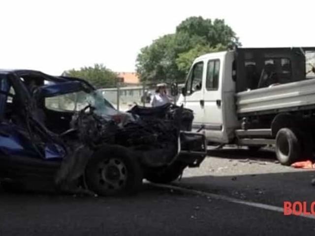 In macchina col figlio si schianta contro autocarro: muore un bimbo di 7 anni