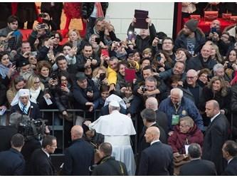"""Francesco nella """"Lourdes romana"""" dopo l'omaggio all'Immacolata"""