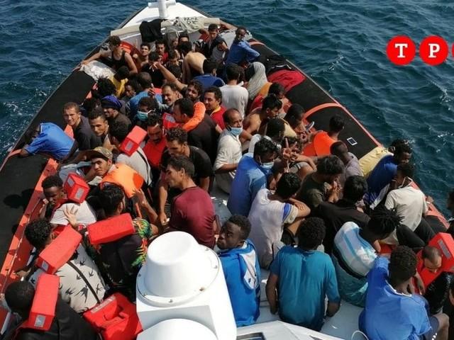 Sbarchi a ripetizione a Lampedusa: in poche ore sono arrivati 433 migranti
