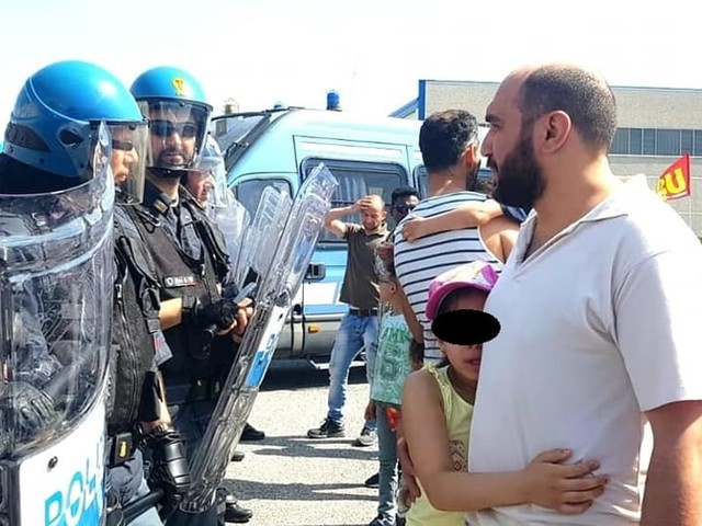 La polizia manganella 170 facchini in sciopero con le famiglie