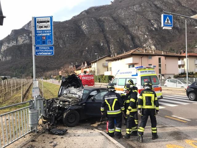 Romagnano: un'automobile esce di strada alla fermata del bus dove ci sono 4 persone Scampato per un soffio: «Sono sotto shock»