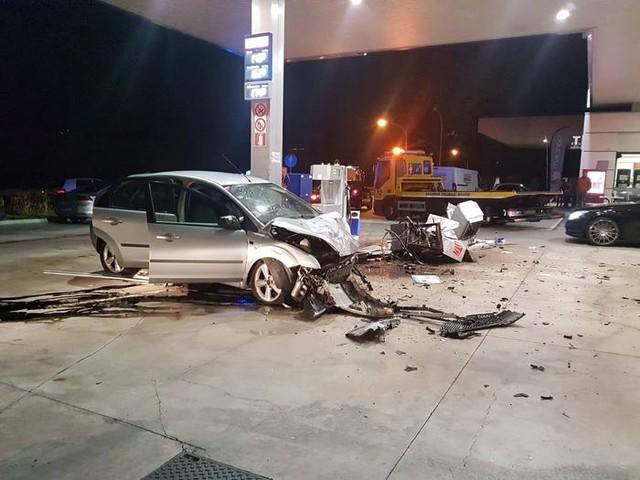 Un'auto urta un furgone poi travolge e abbatte una pompa di benzina