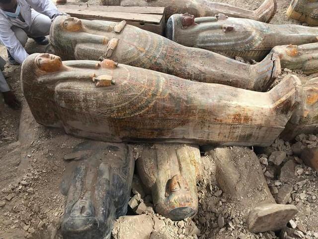 Egitto, a Luxor riportati alla luce 20 nuovi sarcofagi ancora sigillati