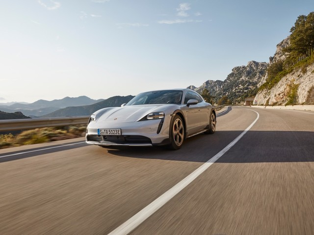 Porsche Taycan Cross Turismo, l'elettrica diventa più versatile e non teme l'off-road