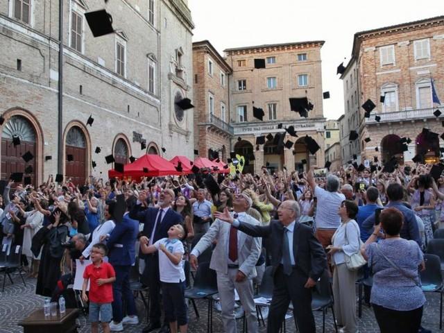 """Macerata, oltre mille in piazza della Libertà per la """"Giornata del Laureato"""""""