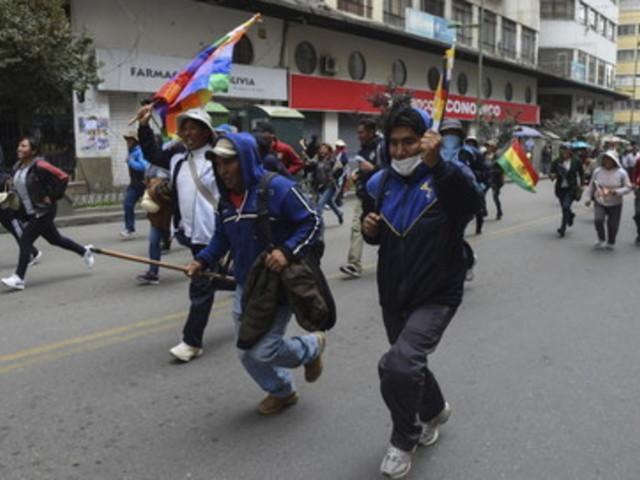 Bolivia, l'oppositrice Janine Anez si autoproclama presidente: scontri tra manifestanti e polizia, un morto