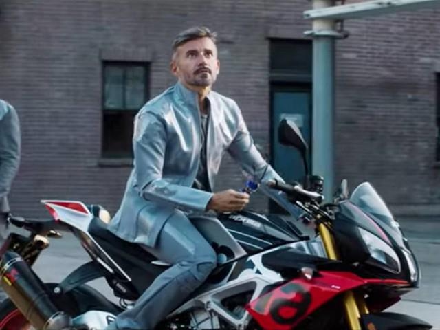 Max Biaggi e Aprilia nella nuova clip di Rovazzi, è subito show (VIDEO)