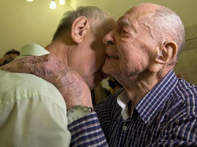 Scampato alla Shoah, a 102 anni abbraccia il nipote la prima volta