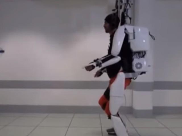 Uomo paralizzato torna a camminare con esoscheletro/ Muove braccia col pensiero