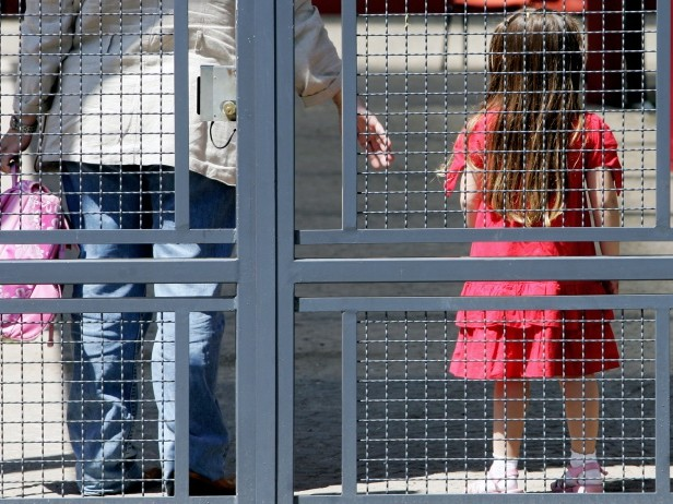Torino, clochard bacia bimba sulle labbra per strada: arrestato