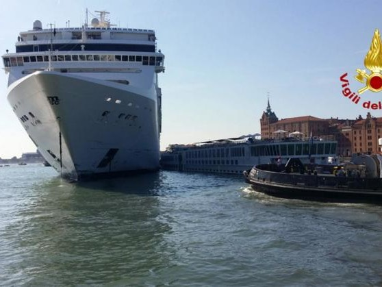 Venezia, nave MSC crociera colpisce un battello: ci sono 5 feriti | VIDEO