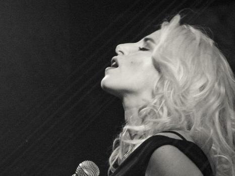 Buona Vita Arrivederci è il nuovo singolo di Romina Falconi, con nuove date del tour e il centro d'ascolto