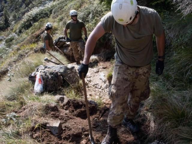 Si rifà il sentiero di Cima d'Asta in campo anche gli Alpini del settimo Reggimento