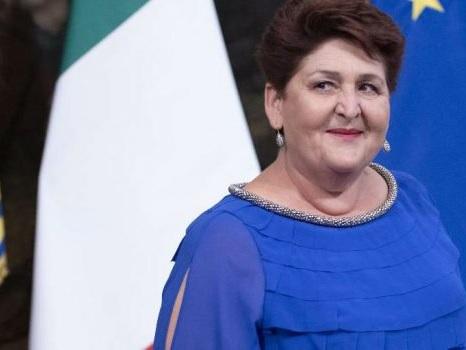 Critiche per il look e il titolo di studio, attacchi sui social al ministro Bellanova