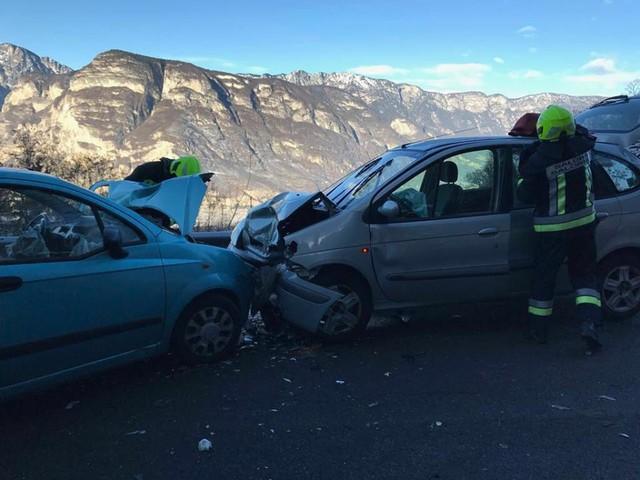 Salorno, scontro frontale tra auto: due feriti gravi