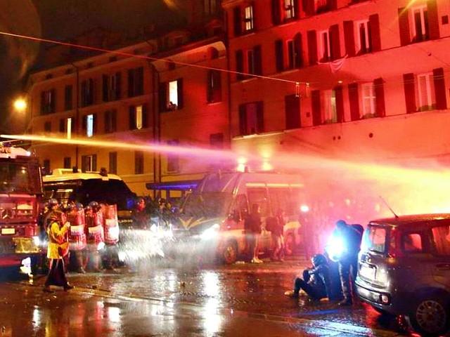 Salvini a Bologna, tensione al corteo dei centri sociali: manifestanti allontanati con gli idranti