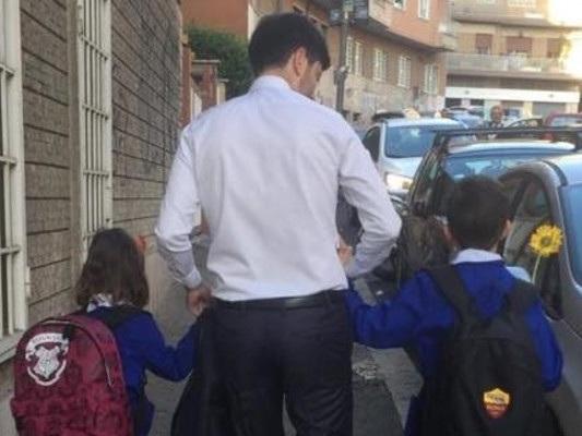 Assalto dei no-vax alla foto dei figli di Speranza a scuola