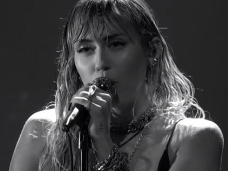 L'esibizione di Miley Cyrus agli MTV VMA 2019, insolitamente minimalista nell'inedito Slide Away (video)