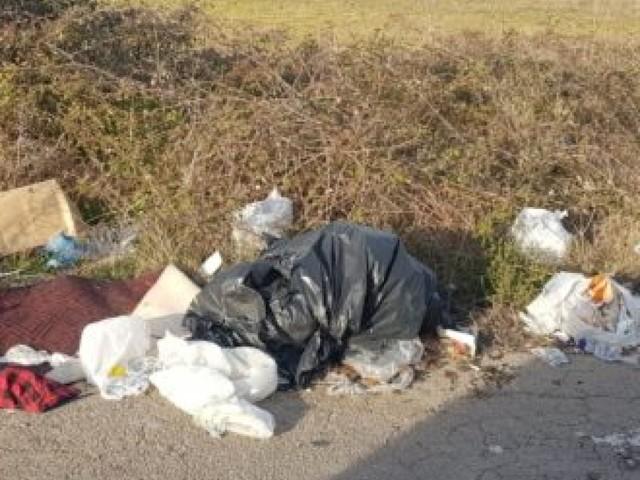 Abbandono di rifiuti, 514 multe nel 2019: impennata a luglio. Furbetti incastrati dalle fototrappole