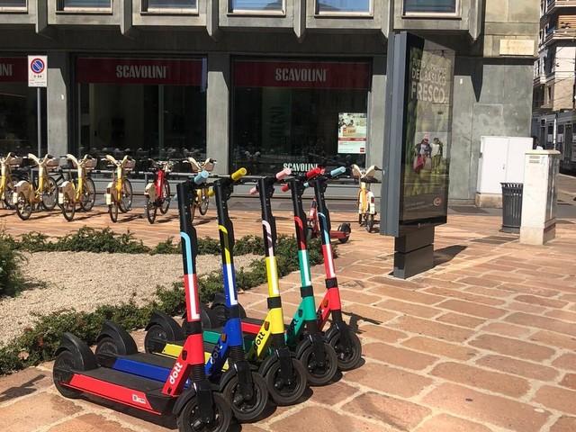 Milano - Mobilità in sharing: sfida tra monopattini e bici