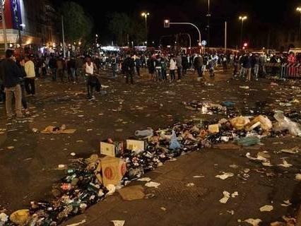 No, i rifiuti che state vedendo non sono stati lasciati dai manifestanti del centrodestra ieri