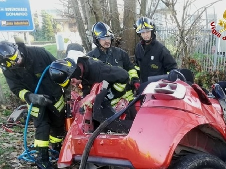 Auto contro un muro nel Veronese: morti una ragazzina di 15 anni, la sorella di 20 e il fidanzato di 23